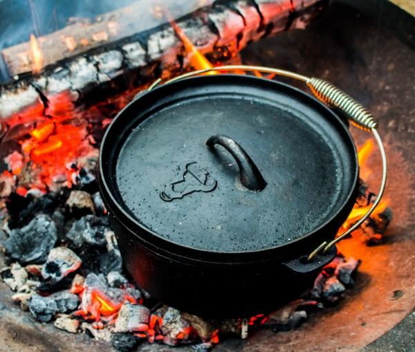 Dutch-Oven-im-Feuer-Ausschnitt
